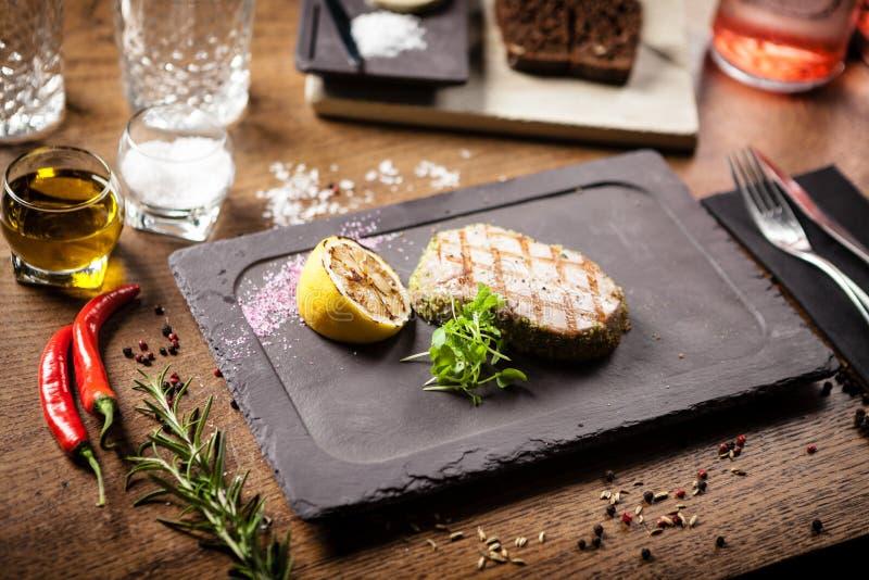 Stek z tuńczyka z panko i grillowanym cytryną zdjęcie stock