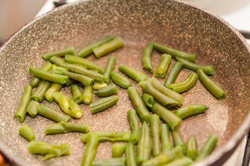 Steka haricot vert Laga mat sund och hälsosam mat arkivbild