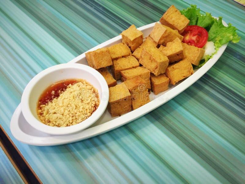Steker tofuen med söt och kryddig sås arkivfoton