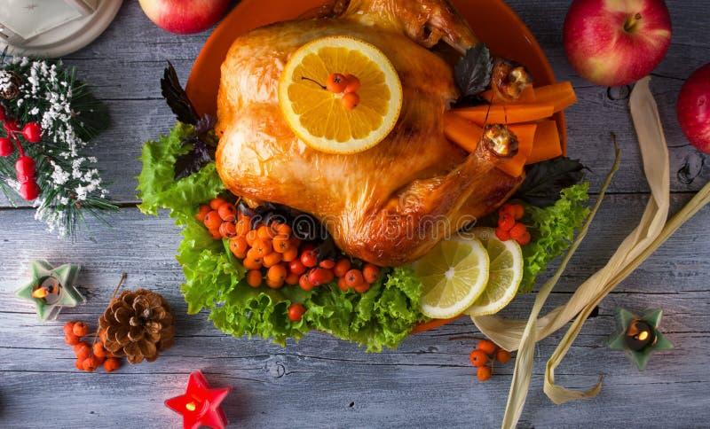 Stekhöna eller Turkiet med tranbär och grönsaker för en festlig familjmatställe royaltyfri bild
