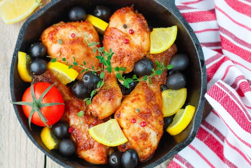 Stekhöna med citronen, oliv, tomater och timjan matställe royaltyfria foton