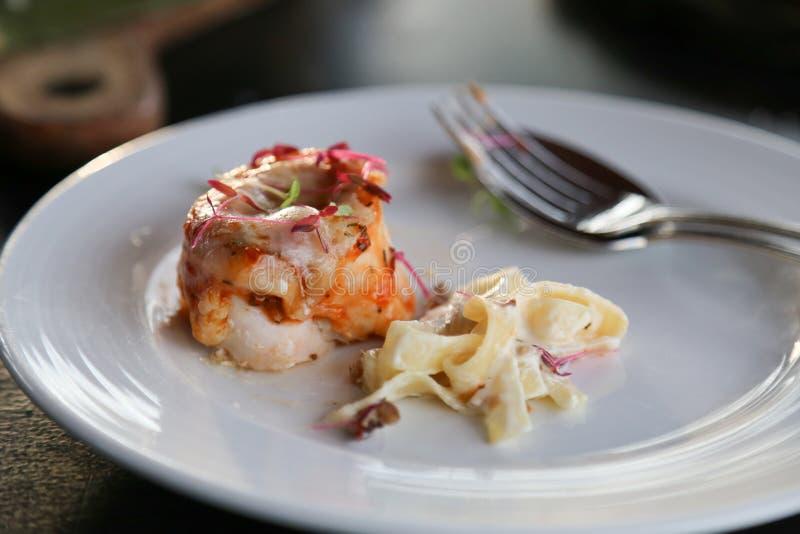 Stekhöna och pasta arkivbild