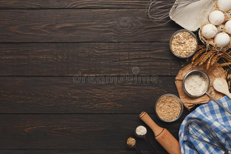 Stekhet bakgrund med ägg och mjöl på lantligt trä arkivfoton