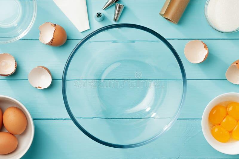 Stekhet bakgrund med ägg och redskap för steg-för-steg recept av maräng arkivfoto