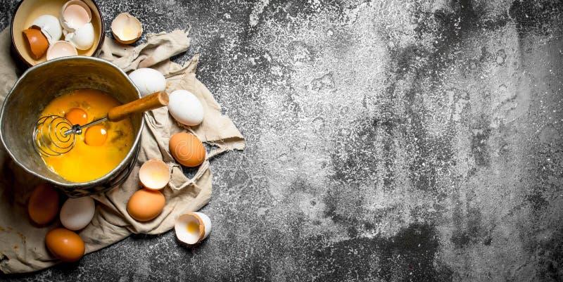 Stekhet bakgrund Vifta ägg i den gamla bunken arkivfoto