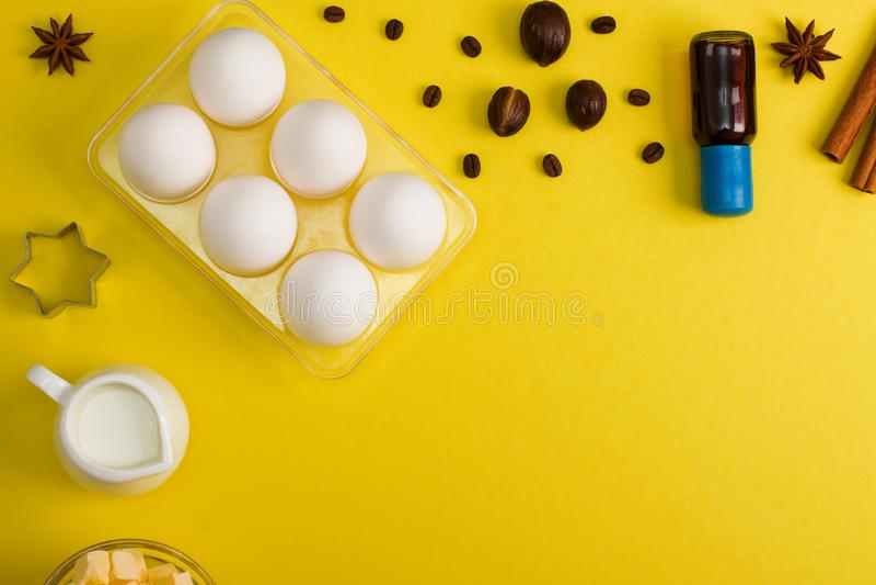 Stekheta bakgrundsägg mjölkar kryddakökhjälpmedel fotografering för bildbyråer