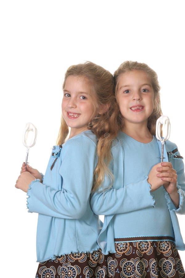 stekheta flickor kopplar samman vertical royaltyfri foto