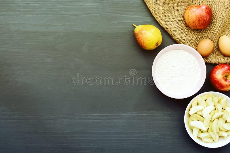 Stekheta ingredienser för framställning av äpplekakan royaltyfria foton
