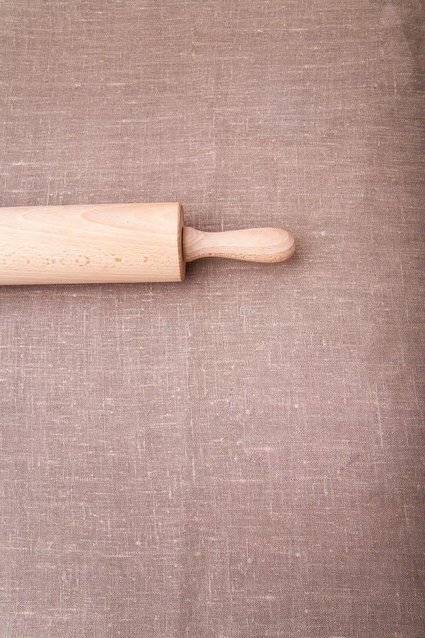 stekheta ingredienser Mjöl, ägg, vete och kavel på tabelltorkduken royaltyfri fotografi
