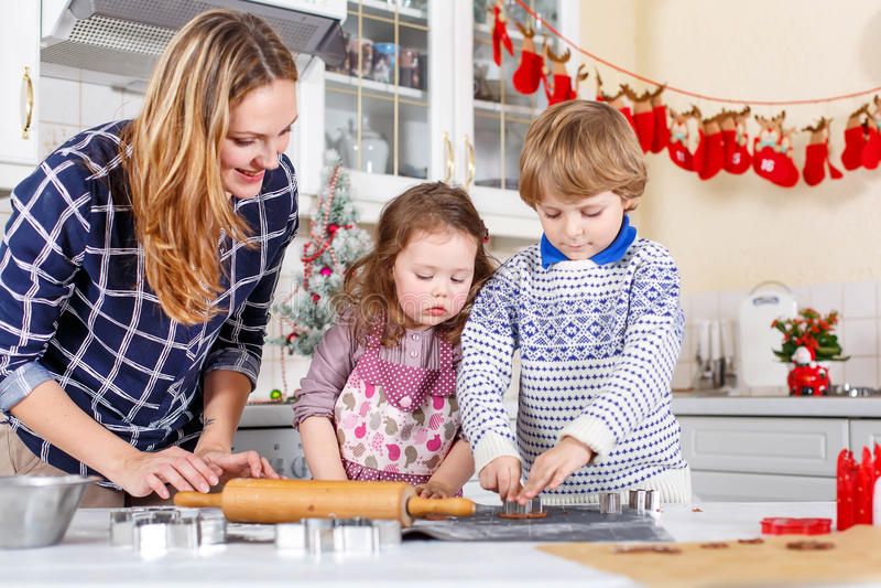 Stekheta julkakor för lycklig familj hemma royaltyfri foto