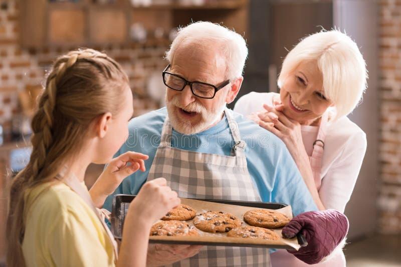 Stekheta kakor för familj royaltyfri foto
