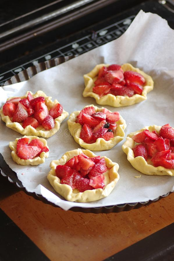 Stekheta tartlets med jordgubbar royaltyfria foton