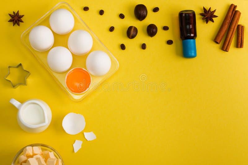Stekhett bakgrundsäggsmör mjölkar kryddakökhjälpmedel royaltyfria foton