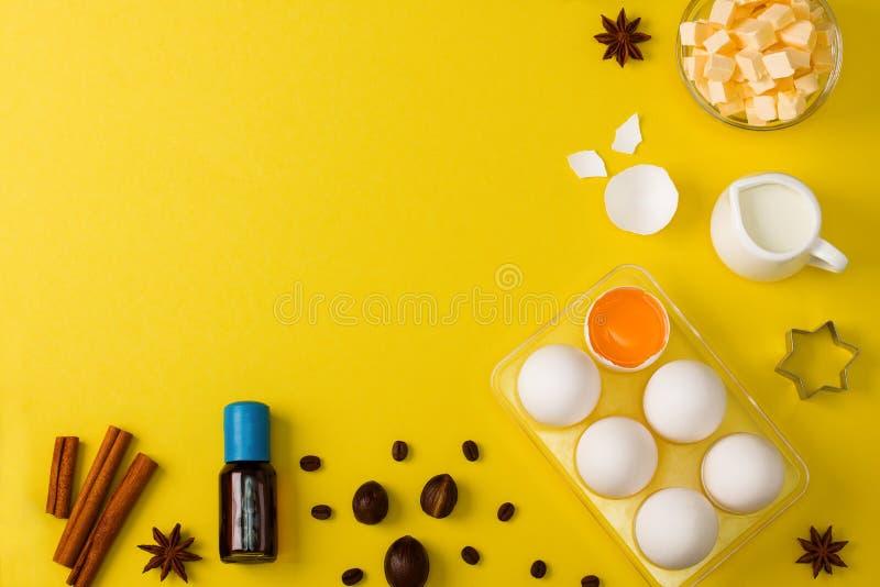 Stekhett bakgrundsäggsmör mjölkar kryddakökhjälpmedel royaltyfri fotografi