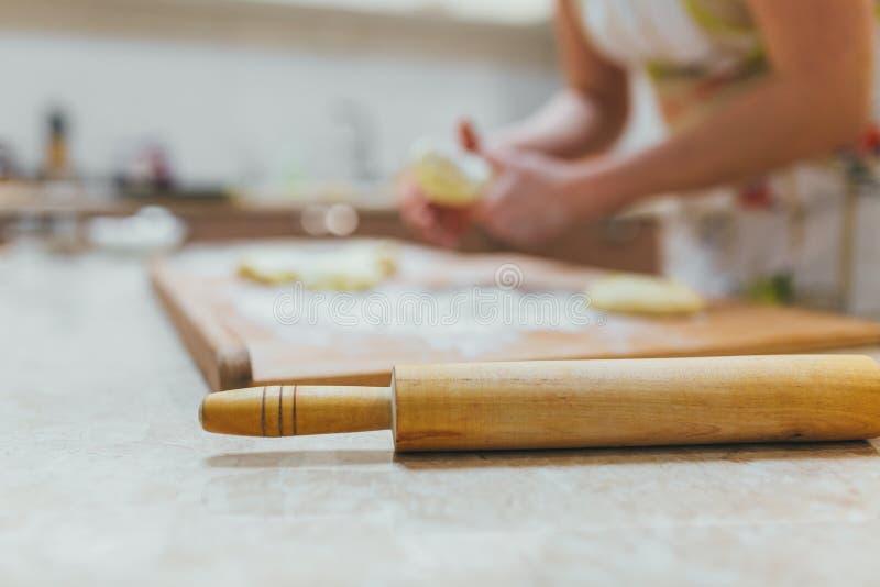 Stekhett grupp- eller receptbegrepp på mörk bakgrund Stekhet förberedelse, bästa sikt på träbräde eller tabell Matlagningdeg arkivfoto