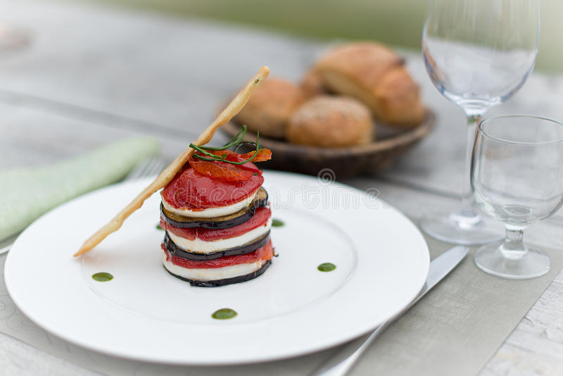 Steknål av auberginetomatmozzarellaen arkivfoto