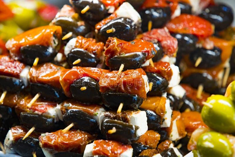 Steknålar av ost- och skaldjurgrönsaker på marknaden av San Miguel royaltyfri bild