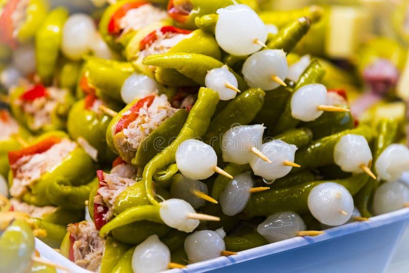 Steknålar av ost- och skaldjurgrönsaker på marknaden av San Miguel arkivfoton