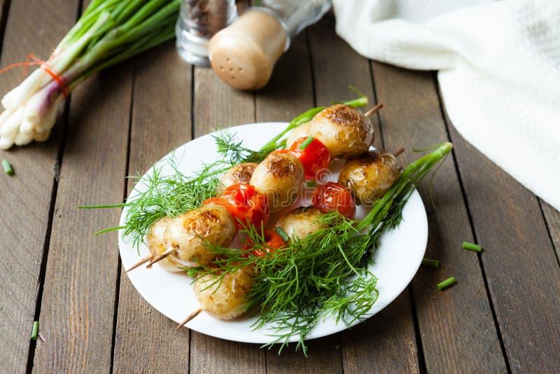 Steknålar av tomaten och potatisen royaltyfri bild