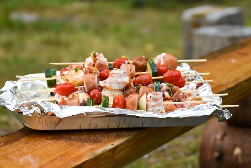 Steknålar med grönsaker och korv, bacon och köttbullar fotografering för bildbyråer