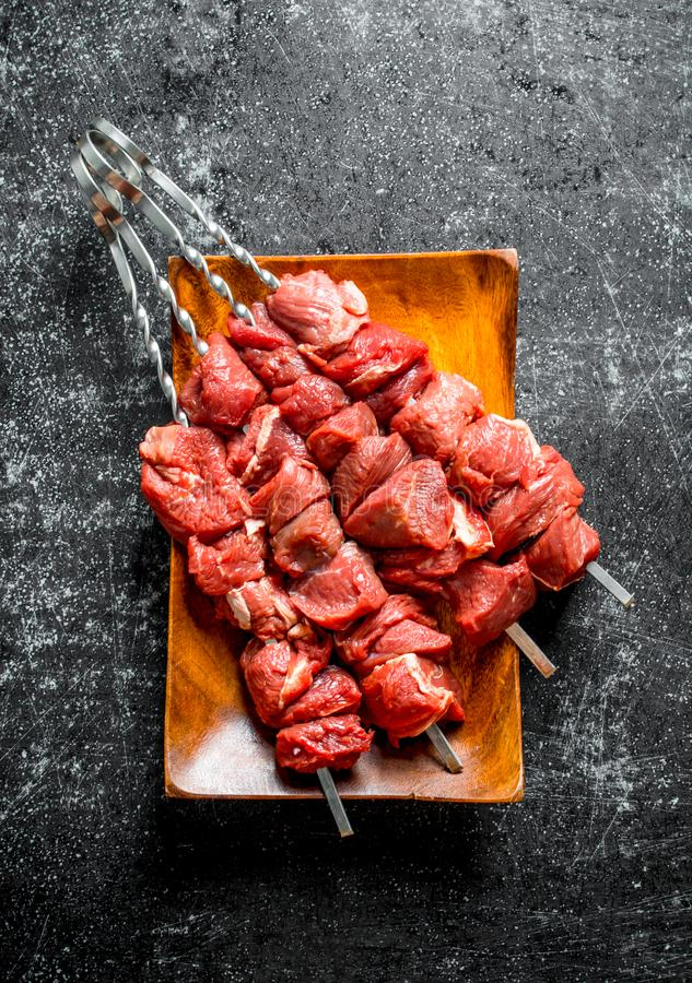 Stekn?lar med r? kebab p? en tr?platta royaltyfria bilder