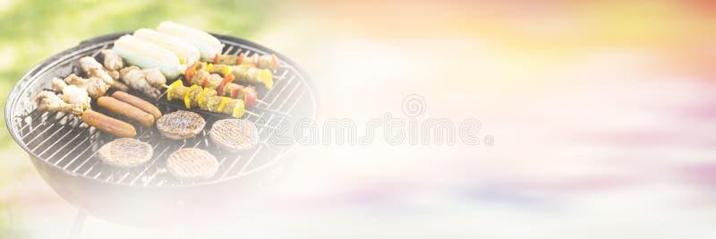 Steknålar på grillfestgaller i trädgård stock illustrationer