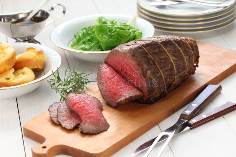 Steknötkött med yorkshire pudding royaltyfri fotografi