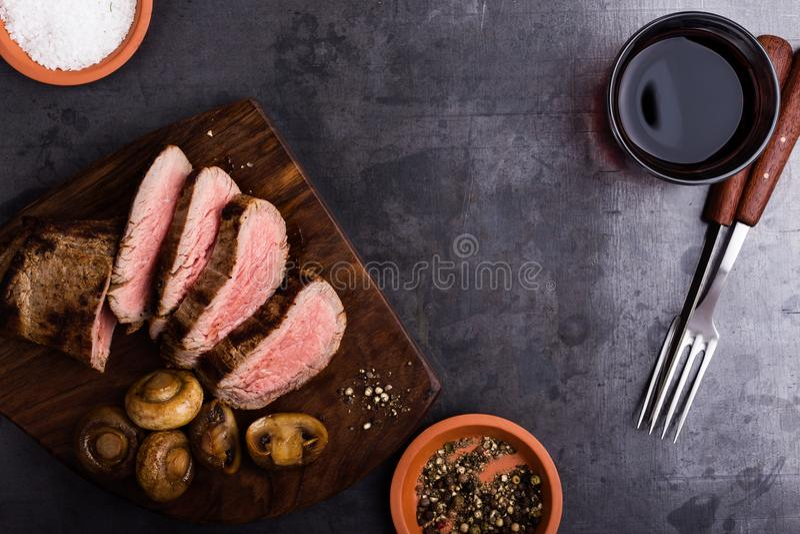 Steknötköttbiff med champinjoner arkivfoton