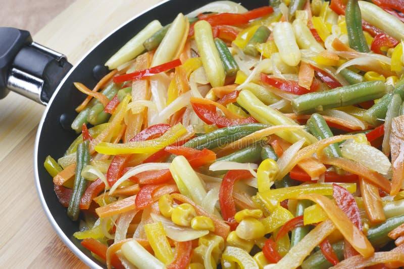 stekpannagrönsaker royaltyfria foton