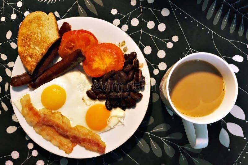 Stekt ägg, korvar och kaffe royaltyfri fotografi