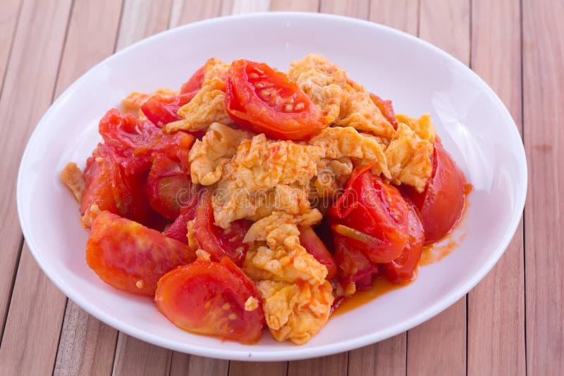 Stekt ägg med tomaten arkivbild