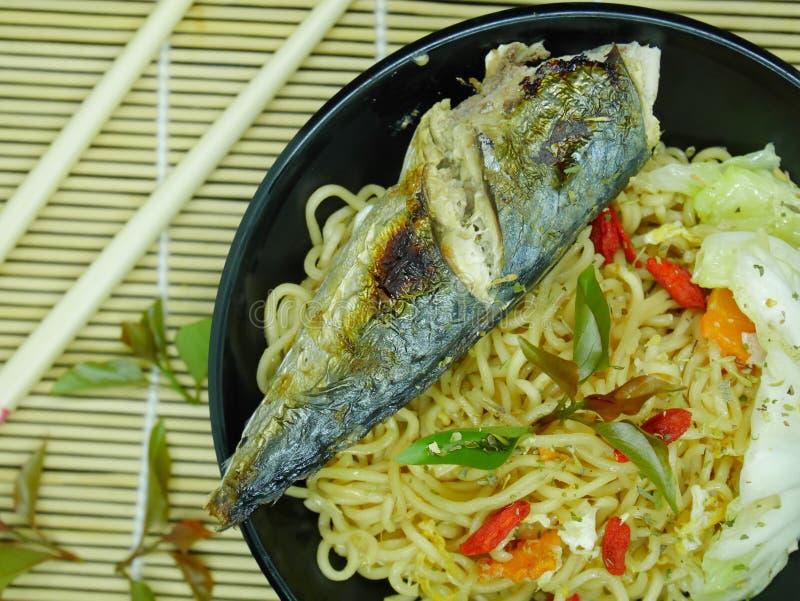 Stekt fisk med läcker sås som är klar att äta royaltyfri bild