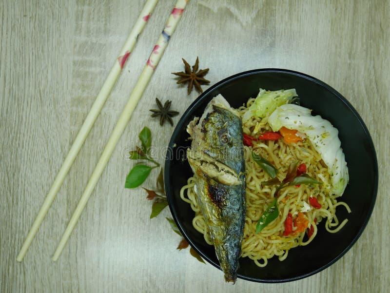 Stekt fisk med läcker sås som är klar att äta arkivbilder