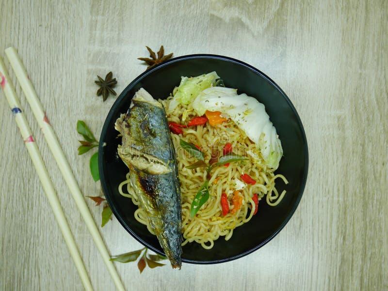 Stekt fisk med läcker sås som är klar att äta arkivfoto