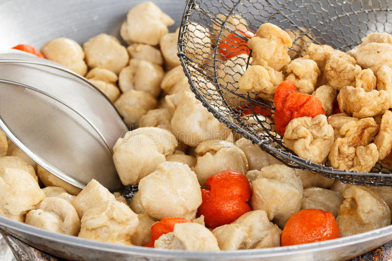 Stekt fiskboll (thailändsk mat) fotografering för bildbyråer