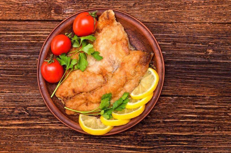 Stekt fiskfilé med tomater royaltyfri foto