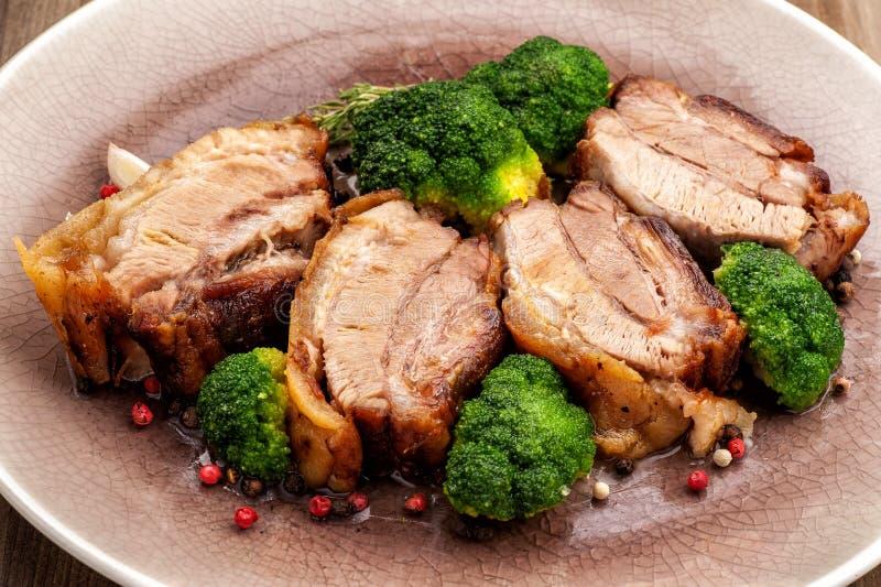 Stekt grisköttbuk med broccoli royaltyfri bild