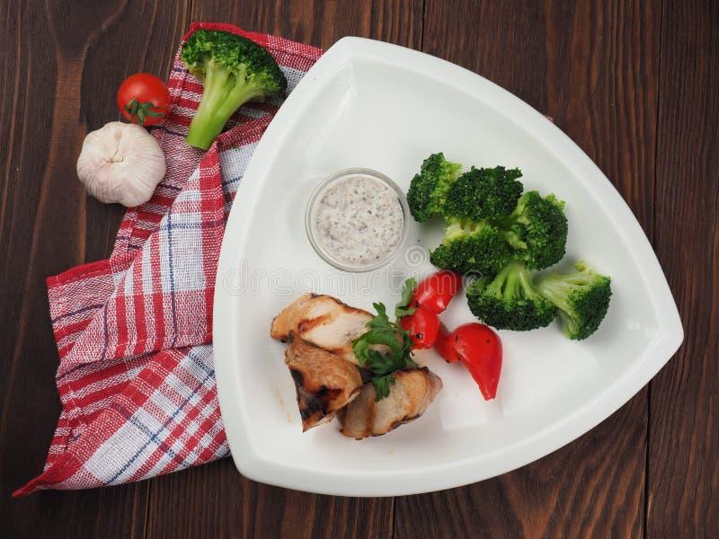 Stekt grisköttbuk med broccoligrönsakgarnering royaltyfria foton