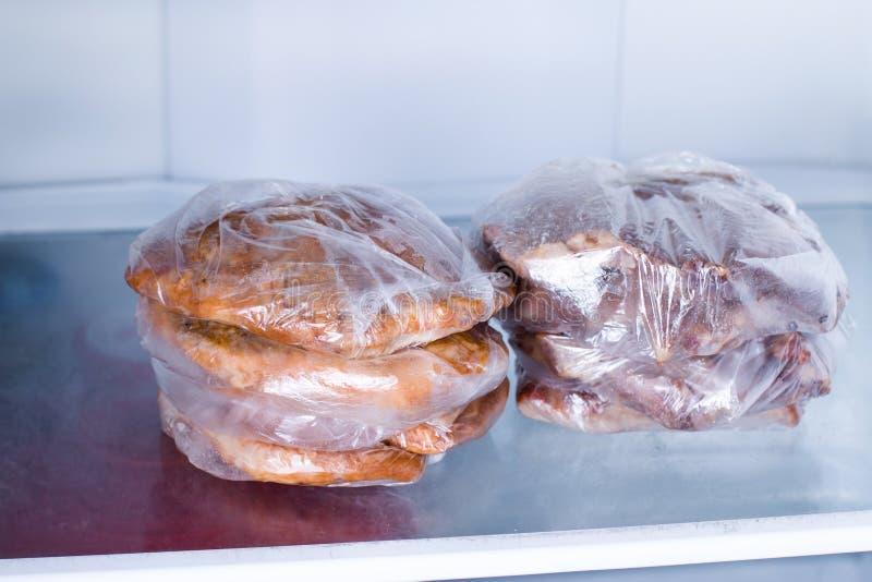 Stekt grisköttfilé i en påse i ett kylskåp arkivbild