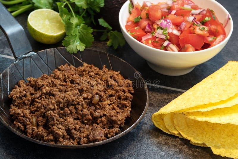 Stekt jordnötkött i en panna, som en fyllning för taco beskjuter med in fotografering för bildbyråer