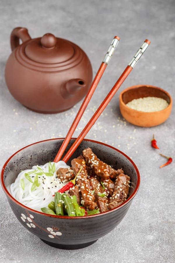 Stekt kryddigt nötkött med sesamfrö, haricot vert och risnudlar royaltyfria bilder