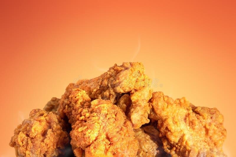 Stekt kyckling eller frasiga kentucky på varm bakgrund Läckert varmt mål med snabbmat arkivfoto