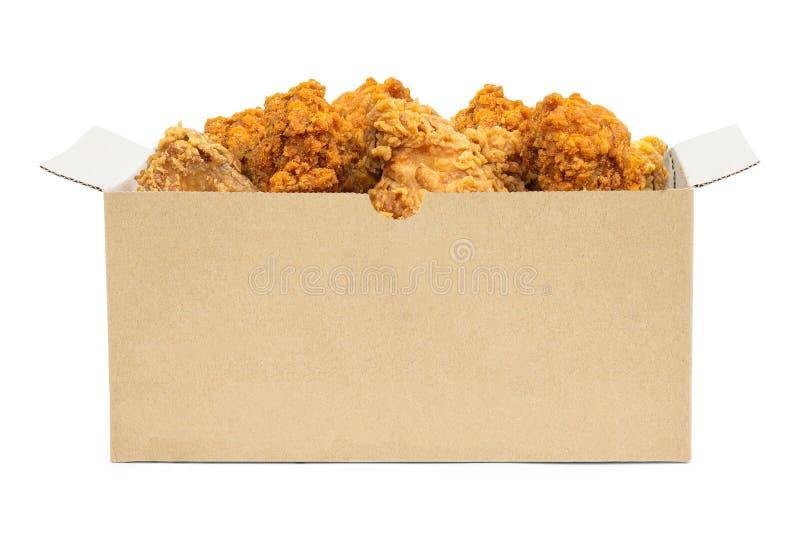 Stekt kyckling i kartongen som isoleras på vit bakgrund Hink av frasig snabbmat Snabb bana royaltyfri foto