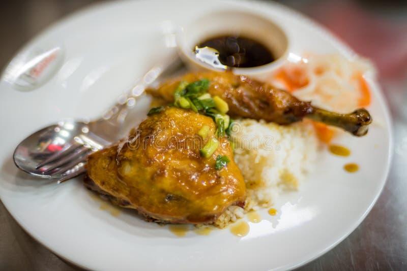 Stekt kyckling i klibbig s?s p? ris Asiatiskt kokkonstslut upp royaltyfri fotografi