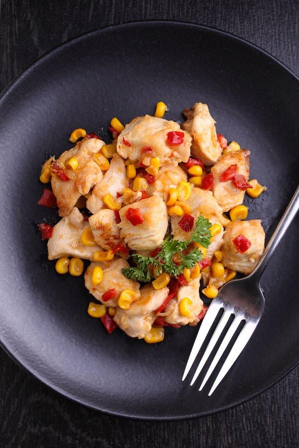 Stekt kyckling med havre och söta röda peppar royaltyfri bild