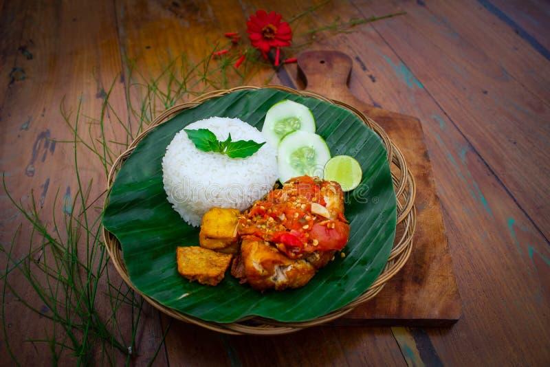 Stekt kyckling med röd chilisås royaltyfri bild
