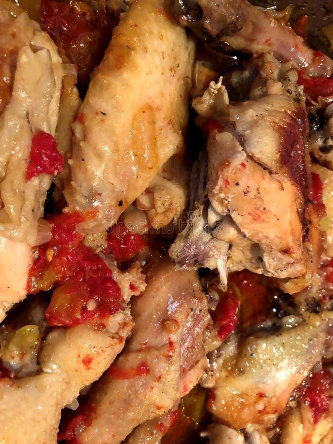 Stekt kyckling med tomater royaltyfri bild