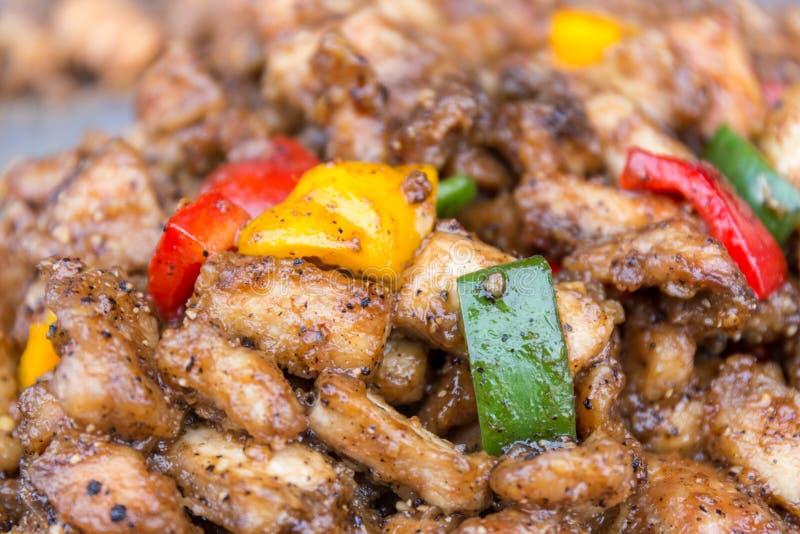 Stekt kyckling med tre färg, rött, grönt och gult, klockapepp royaltyfria foton