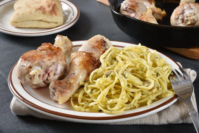 Stekt kyckling och linguine royaltyfria bilder