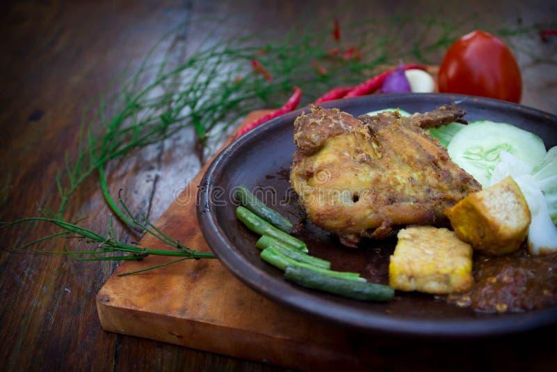 Stekt kyckling tjänade som med räkadegsås royaltyfria foton